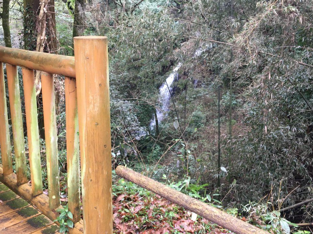 休憩所からの滝