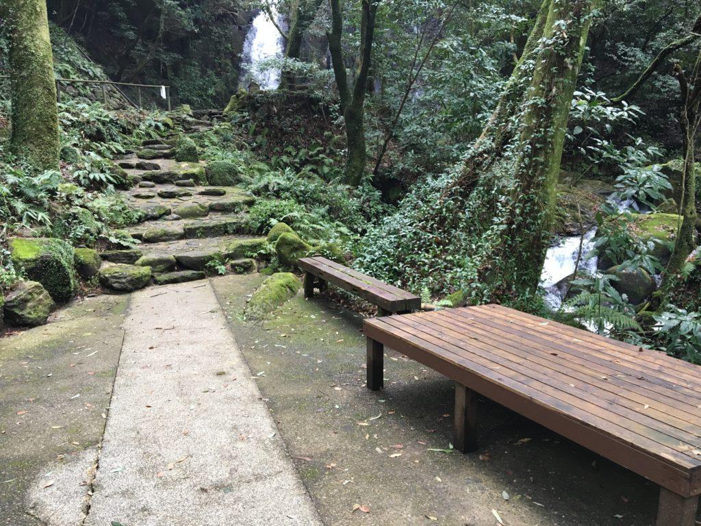 滝前の椅子